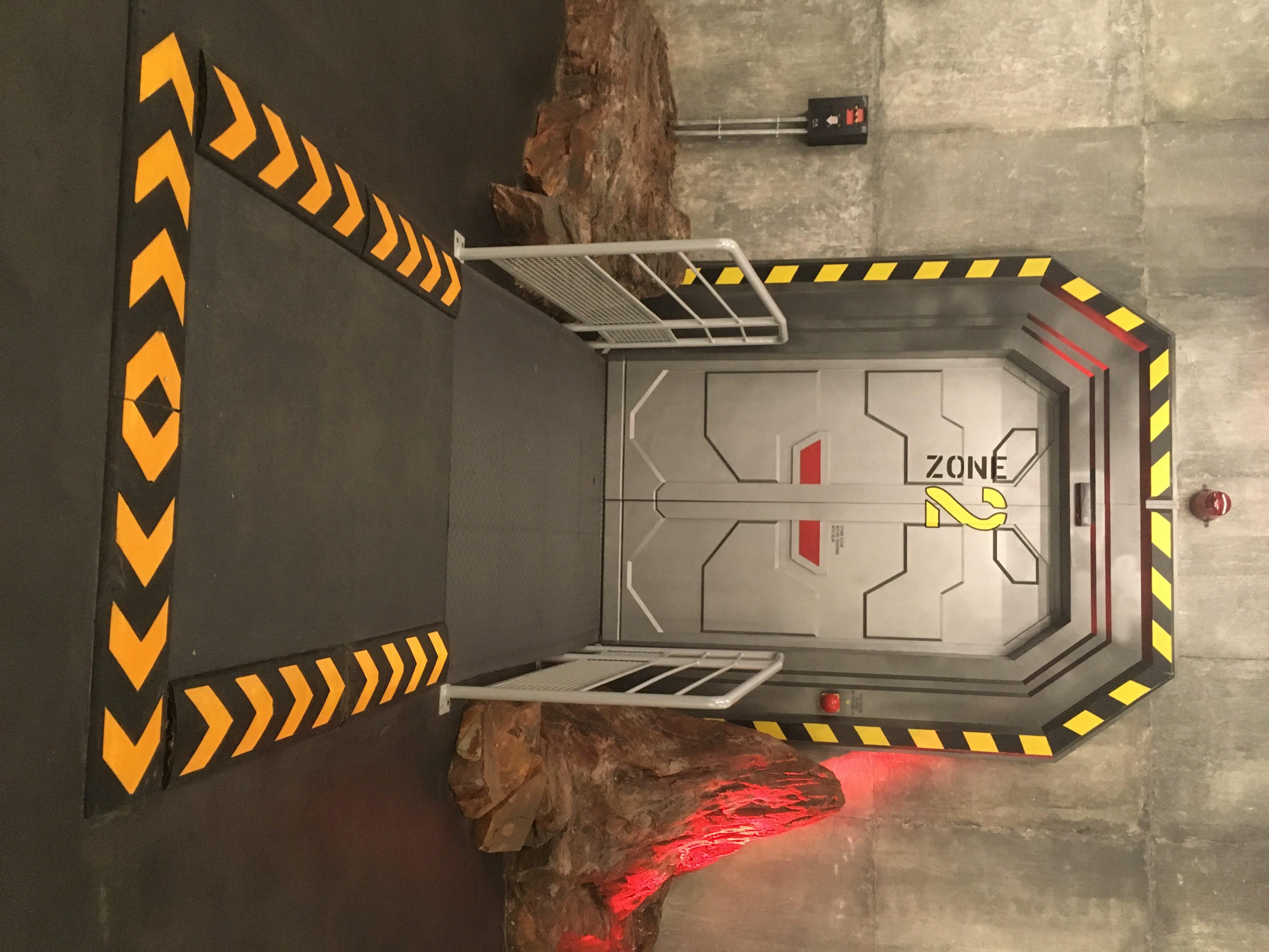 Bienvenue à Virtual Adventure ! Une fois cette porte passée, vous enfilerez votre équipement de VR.