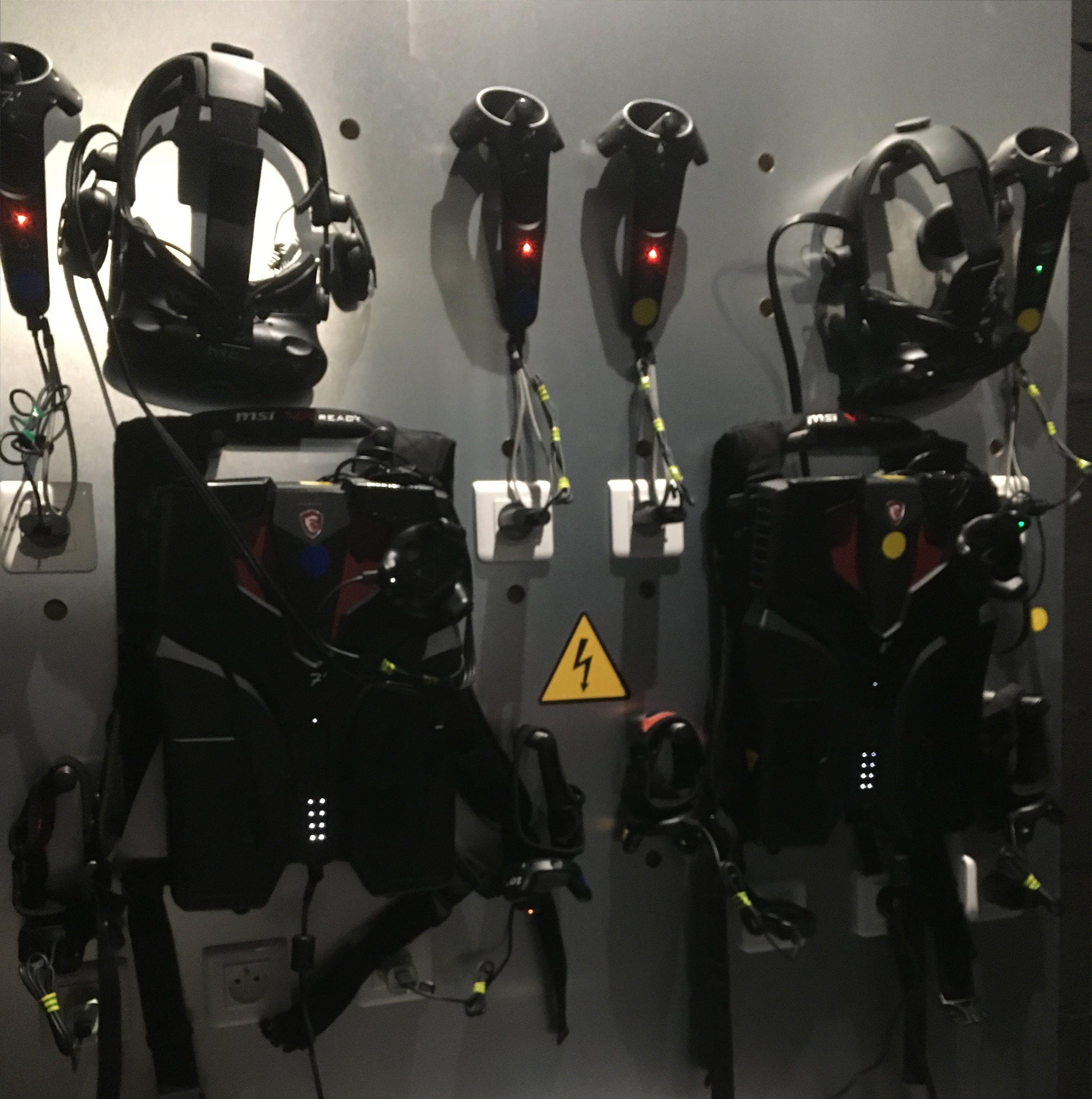 Un casque HTC Vive, un backpack MSI, deux manettes connectées et deux capteurs aux pieds.